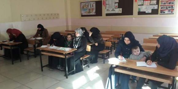 Çocukları ile birlikte Türkçe öğrenen Suriyeli anneler