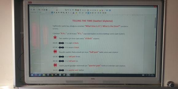 Didim Efeler Ortaokulu 5E sınıfı ders notlarını akıllı tahtadan yazıyor