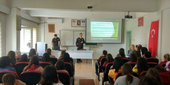 Toplum destekli polis büro amirliği memurları, rip akıntı konusunda seminer verdiler.