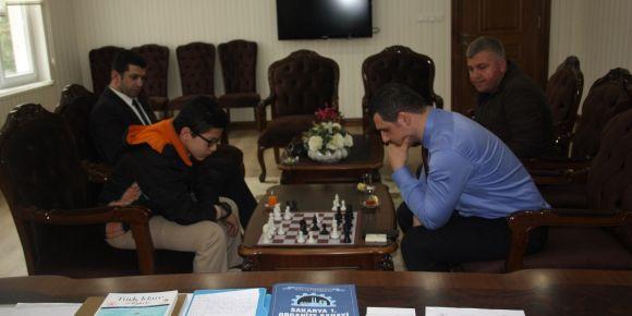 İlçe Kaymakamız Sayın Hamza ÖZBİLGİ satranç şampiyonumuza ödül verdi
