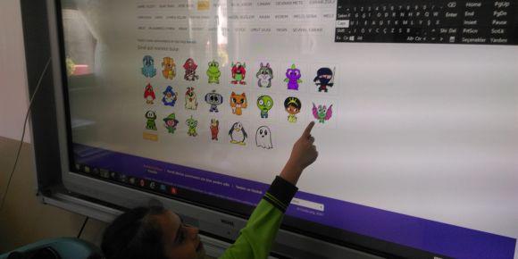 Çayeli  9 Mart İlkokulu 1/A sınıfı kodluyor