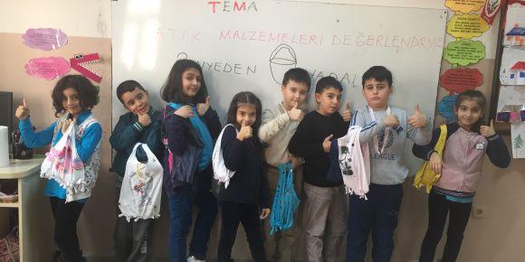 Toki Malazgirt İlkokulu 3/B sınıfı eski tişörtlerden çanta yaptı.