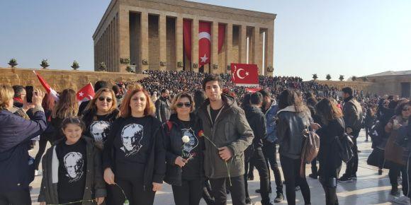 İstanbul Kadıköy Lisesi öğrencileri Anıtkabir'i ziyaret etti ve okullarında Atatürk'ü andı