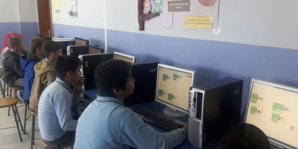 Sakarya Kazımpaşa Ortaokulu öğrencileri eucodeweek etkinlikleri kapsamında kodluyor