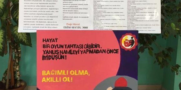 """Isparta Halıkent Anadolu Lisesinde """"Afiş ve resim"""" sergisi"""