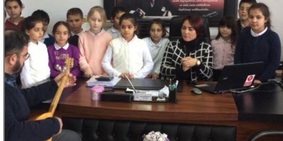 Öğrencilerimiz ve okul müdürümüz bağlama eşliğinde yöresel türkülerimizi söyledi