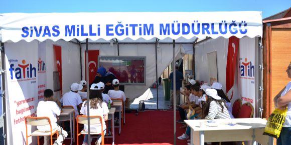 VLT Ortaokulu Öğrencileri Sivas 5. Kitap Günleri'nde Fatih Projesi standını ziyaret etti