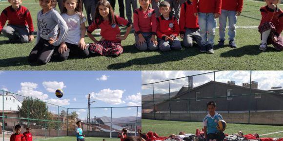 Öğrenciler okulun  ilk haftasında yeşil sahada doyasıya oynayarak eğitime başladılar