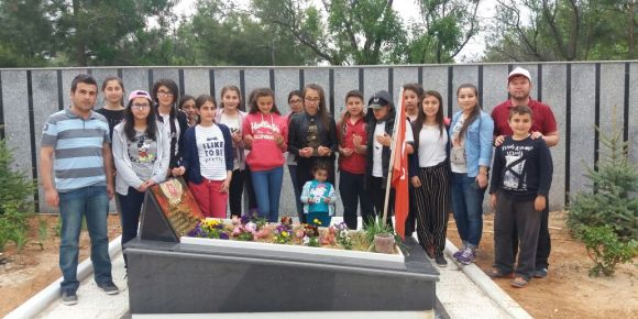 Uşak Banaz Şehit Veli Uludağ Derbent Ortaokulu 15 Temmuz şehidinin kabrini ziyaret