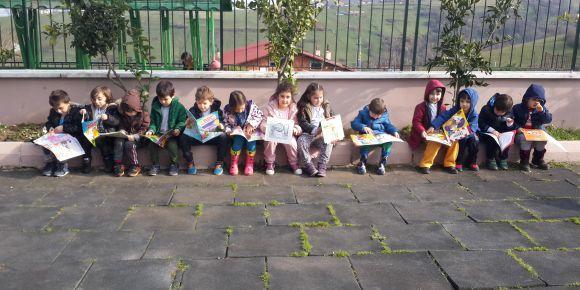 Bahçede kitap okuma zamanı