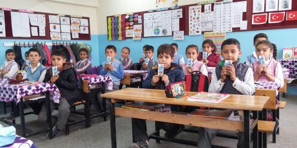 Köklüce Mehmet Gezer İlkokulu okul sütü İçiyor