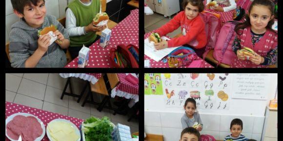 1.sınıf Hayat Bilgisi dersi yiyeceğini hazırlar