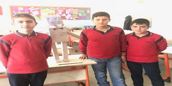 Okulumuz 8/A sınıfı ögrencileri atık kartonlardan robot yaptılar