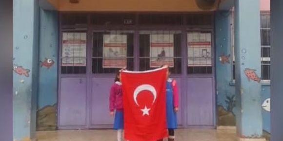 Yunus Emre İlkokulu İstiklal Marşı'nı okuyor