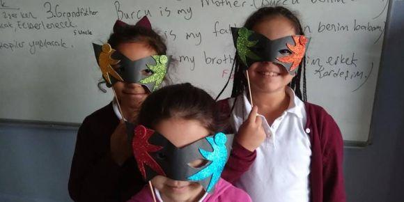 Çağrıbey İlkokulu öğrencileri 'Benimle Oynar mısın?'ile İngilizce öğreniyor.