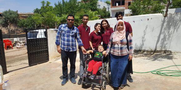 Esra Karakaya  Anadolu Lisesi öğrencileri küçük Sinan'ı sevindirdi