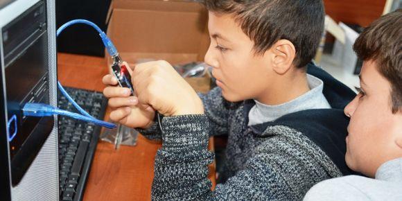 Bilişimde Paylaşan Kardeş Okullar Projesi kapsamında arduino eğitim setleri dağıtıldı