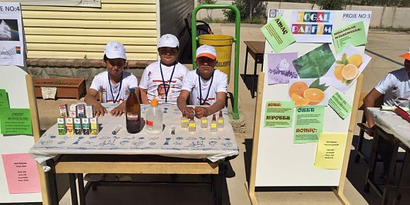 Bayramlı Ortaokulu öğrencileri doğal parfüm yaptı