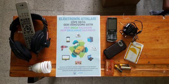 Kartepe-Derbent Ortaokulu elektronik atıkları topluyor.