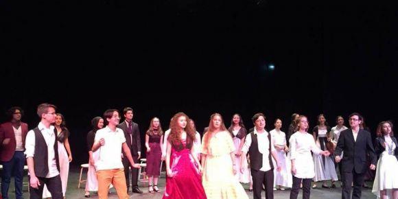 Gazi Anadolu Lisesi öğrencilerinin tiyatro gösterisi