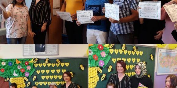 eTwinning  proje katılım  belgelerini alan anne babalar çocuklar gibi sevindi