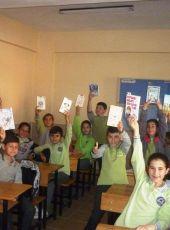Eczacılar Odası Temsilcisi'nden Korkuteli Cumhuriyet Ortaokulu'na kitap bağışı.
