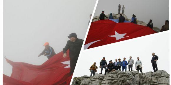 Kastamonu Abana ilçesi gençleri zirveye Türk Bayrağı astı