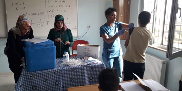 Sekizinci sınıf öğrencileri aşı oluyor