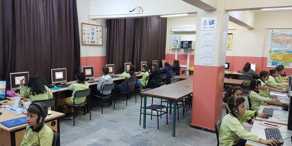 GSD Eğitim Vakfı Çiftlikköy Ortaokulunda DynEd çalışmaları