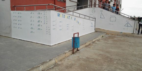 Okulumuzdaki matematik duvarı işlevini göstermeye başladı