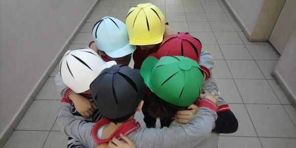 2-A sınıfı 6 şapka tekniği ile tartışıyor.
