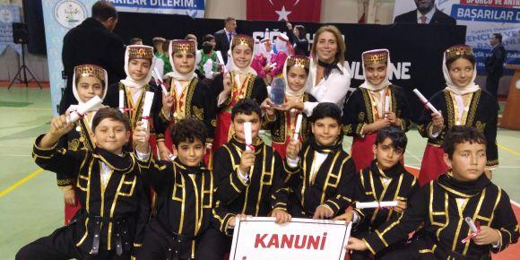 İzmir Çiğli Kanuni ilkokulu Halk oyunları ekibi gösteriye çıktı.