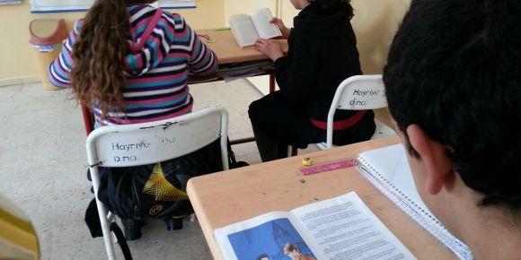 Hayriye Ortaokulu İngilizce kitap okuyor